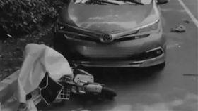 饅頭掉副駕地板!女駕駛彎腰一撿…20歲女騎士遭輾慘死(圖/翻攝自微博)