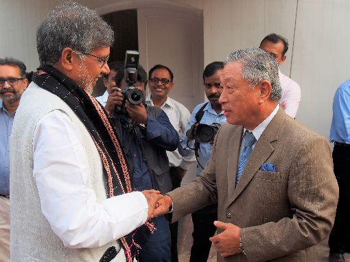 田中光與沙提雅提握手駐印度代表田中光(右)10日應邀參加沙提雅提獲諾貝爾和平獎5週年活動,並與沙提雅提握手話家常。中央社記者康世人新德里攝  108年10月10日