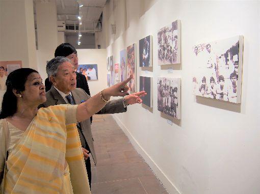 田中光參觀沙提雅提40年致力保護兒童攝影展駐印度代表田中光(中)10日應邀到英蒂拉‧甘地國家藝術中心,參觀回顧沙提雅提40年致力保護兒童的點滴攝影展。中央社記者康世人新德里攝  108年10月10日