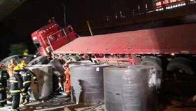 江蘇高架坍塌3死2傷!超載貨車曝光…網驚:等於3輛坦克(圖/翻攝自微博)