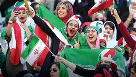 伊朗女性40年來首次在首都德黑蘭國家體育場觀看國家足球隊比賽。(圖/翻攝自twitter.com/theafcdotcom)