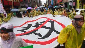 外籍移工遊行表達訴求(2)台灣移工聯盟7日發起「看見非公民大遊行」,計畫從勞動部一路遊行至凱道前,移工們在雨中拉布條、呼口號表達訴求。中央社記者施宗暉攝 107年1月7日
