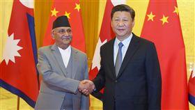 尼泊爾總理訪陸 敲動中印關係尼泊爾總理奧利(左)19日訪問中國,先後會晤國家主席習近平(右)和總理李克強,此舉令人覺得中尼關係持續正面發展,但也難免引起印度方面的疑慮,敲動中印關係。(中新社提供)中央社 107年6月22日