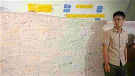 中山大學連儂隧道布置啟用(2)國立中山大學校內「連儂牆」曾遭陸客撕毀,學生會長莊皓鈞(圖)發起學習香港人「撕一貼百」精神,30日布置啟用西子灣隧道成「連儂隧道」,維護言論自由。中央社記者陳朝福攝 108年9月30日