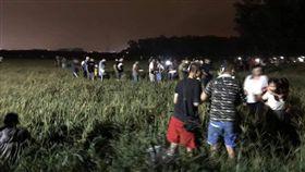 為了看屏東煙火遊客踩爛即將收割的稻穗田。(圖/翻攝自爆怨公社)
