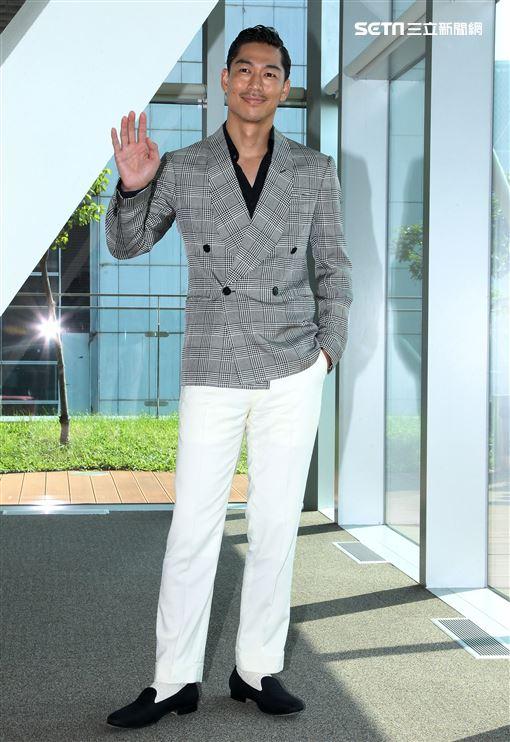 放浪兄弟Akira接受媒體訪問大方談林志玲。(記者邱榮吉/攝影)