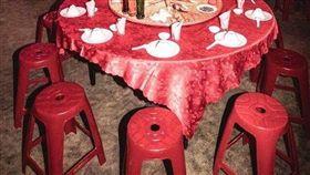 五星飯店婚宴一桌26K!他見「塑膠凳」嘆:比公司聚餐差(圖/翻攝自PTT)