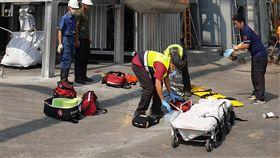 南投南崗工業區傳工安意外釀3死南投縣南崗工業區一間工廠10日傳出工安意外,3名工人在搭建鐵架時,不慎從高處墜落,其中一人當場死亡,另兩名工人送醫急救後仍宣告不治。(翻攝照片)中央社記者吳哲豪傳真 108年10月10日