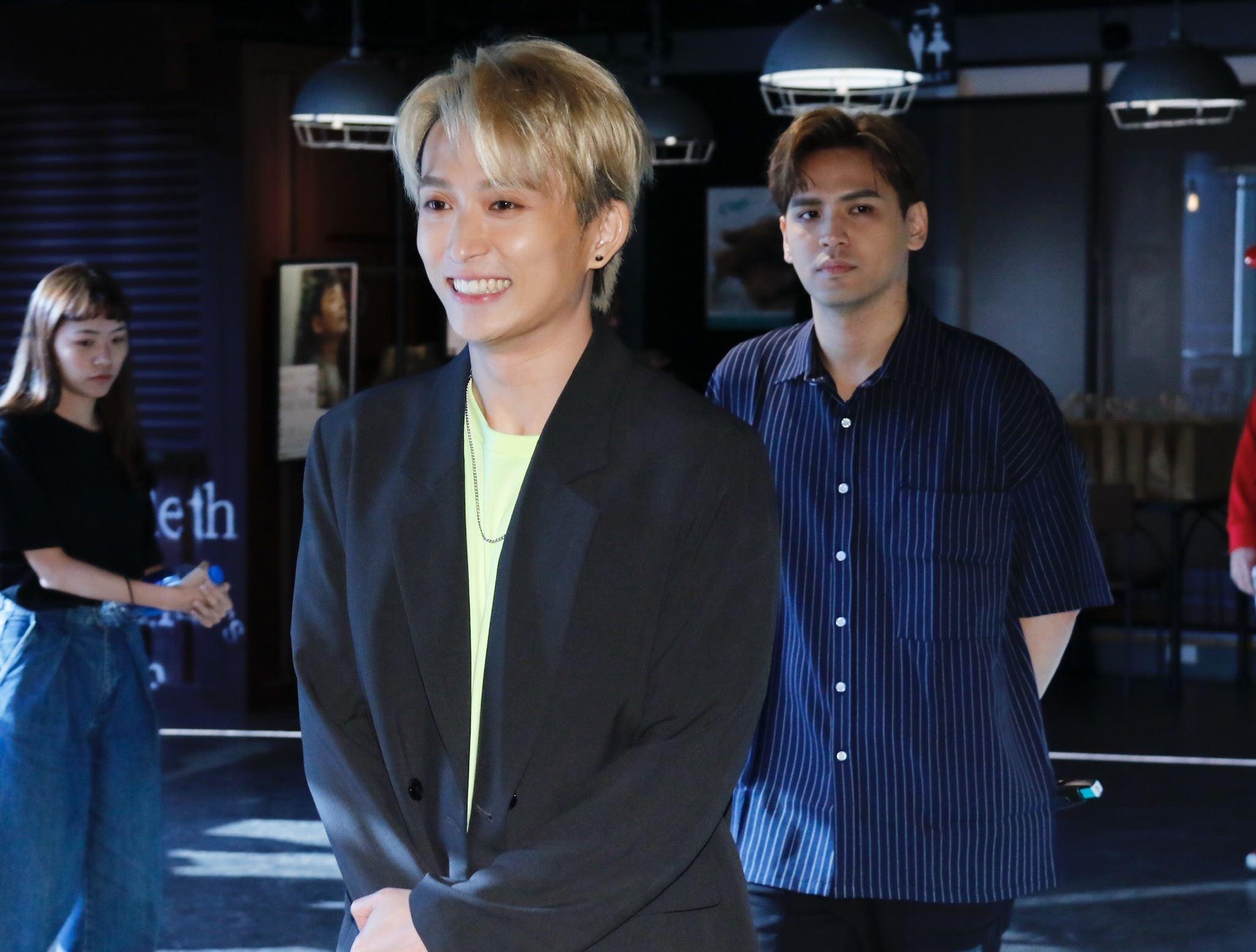 嘉賓陳零九和邱鋒澤特地帶來價值萬元的「布羅利」公仔。(圖/記者林聖凱攝影)