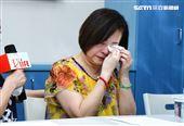 文夏妻子淚訴說明丈夫疑遭人餵毒昏睡。(圖/記者林聖凱攝影)