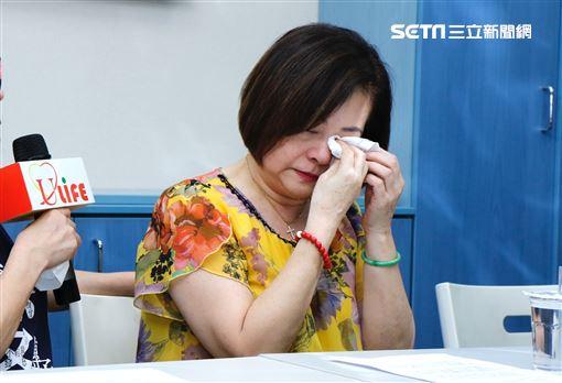 文夏妻子淚訴說明丈夫疑遭人餵毒昏睡。(圖/記者林聖凱攝)