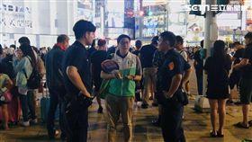 綠黨在西門町發選舉小物扇子遭北市警方驅離,王浩宇提供