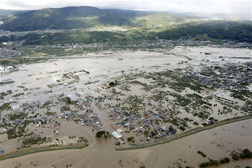 數十年來侵襲日本的最強烈颱風哈吉貝,挾帶的狂風暴雨癱瘓首都東京後,13日清晨繼續朝東北方向移動。圖為長野的新幹線因雨勢太大泡水。(中央社檔案照片)