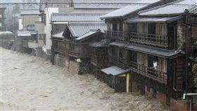 颱風哈吉貝帶來雨勢造成日本三重縣五十鈴川水位氾濫,伊勢市住宅整排泡在水中。(共同社提供)