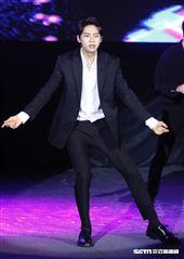 李鎭赫以一身黑色西裝帥氣表演麥可傑克森的〈超脫〉開場。(圖/記者林聖凱攝影)