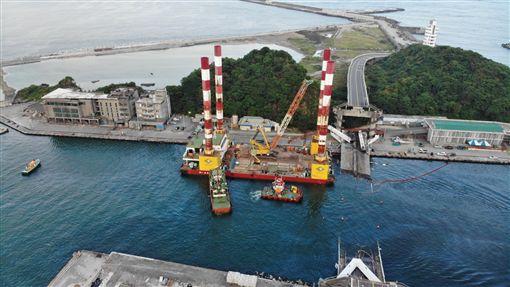▲宏禹1號移泊至南興加油碼頭(圖/台灣港務公司提供)