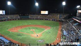 桃園棒球場台灣大賽第二戰球迷。(圖/記者王怡翔攝影)