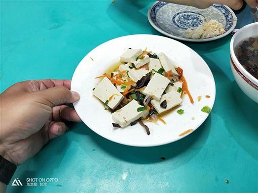 日月潭點一盤80元「紅燒豆腐」 上桌傻眼:酸辣湯配料?(圖/翻攝自爆料公社)