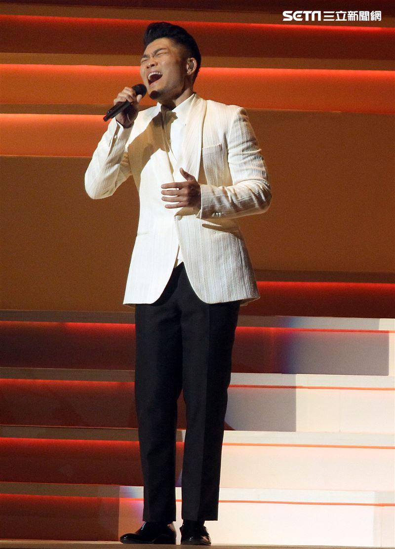 金曲歌王李玖哲出道16年(12日)晚間首度於台北小巨蛋舉辦「隱形動物演唱會」,台上台下哭成一片。(記者邱榮吉/攝影)