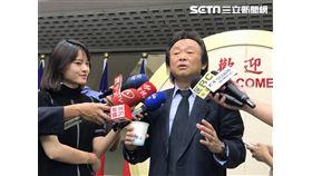 王世堅送尿杯給柯文哲 記者李依璇攝影