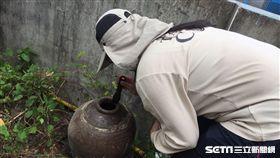 疾管署防疫人員持續加強新北市樹林區坡內里的孳生源查核。(圖/疾管署提供)