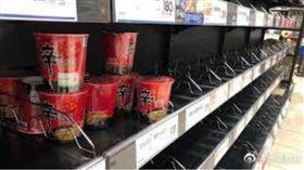 餓也不吃!哈吉貝襲日本「超市被買光」…只剩:韓國泡麵(圖/翻攝自微博)