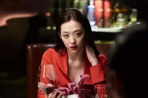 雪莉在2017年曾與男神金秀賢演出19禁電影《real》。(圖/翻攝自韓網)