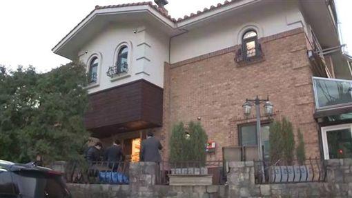 南韓警方與雪莉住處進行搜索。(圖/翻攝自씨브라더YouTube)
