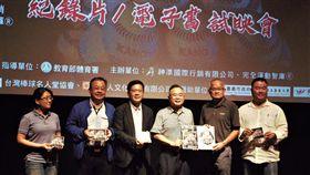 黃承富先生將「棒球@台灣」電子書版權捐贈予台灣棒球名人堂協會(神準國際行銷提供)