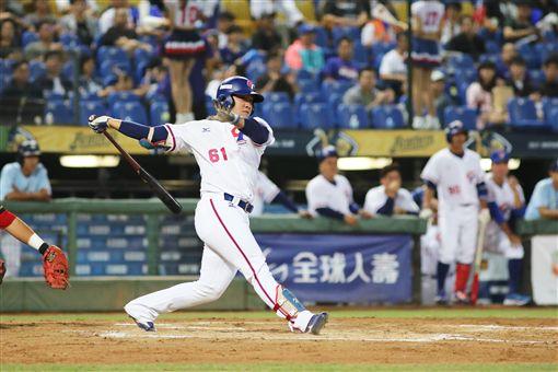 ▲合作金庫選手楊振裕在亞錦賽面對香港開轟。(圖/中華棒協提供)