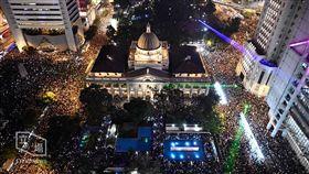 香港頒布禁蒙面法後,第一場獲得警方批准的「反送中」集會,今(14)晚在中環遮打花園登場,獲得市民熱烈響應並擠爆周邊道路,形成壯觀燈海(圖/立場新聞)