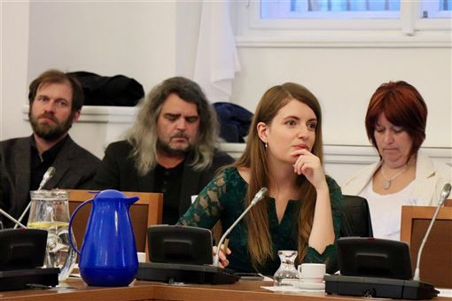 海盜黨的布拉格市議員柯索娃(前)分享她曾在中國國家主席習近平首度訪問捷克時,在街上揮舞代表西藏流亡政府的雪山獅子旗遭警察逮捕。(圖/翻攝自facebook.com/mejmeno)