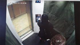 酒醉情侶電梯尿尿。(圖/翻攝自Jane Elliott YouTube) https://www.youtube.com/watch?v=TQs3fYJLtBA