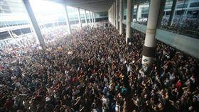加泰隆尼亞獨派民眾14日聚集在巴塞隆納普拉特機場,抗議最高法院將9名分離派領導人判處徒刑。(圖取自facebook.com/CatalansForYes)