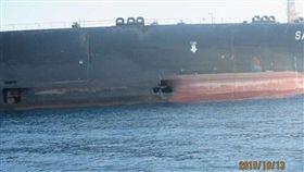伊朗14日公布沙比地號油輪受損照片,稱這起「危險」攻擊的幕後黑手是一個外國政府。(圖取自twitter.com/JasonMBrodsky)