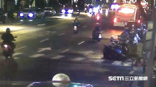 台北市周姓Lalamove外送員騎車行經民生西路時,不慎撞上未走斑馬線的羅姓老翁(翻攝畫面)