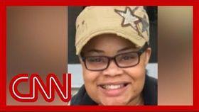 美國有線電視新聞網(CNN)報導,受害者當時正在和8歲姪子在打電玩,聽到後院聲響走近窗邊查看動靜,卻遭警員從屋外開槍殺害。(圖/翻攝自CNN YouTube頻道)
