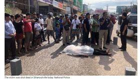 本月初在柬埔寨西南方一港口城市「西哈努克市(Sihanoukville)」,發生一起「中國人殺中國人」的驚悚命案,據報指出,死者吳姓男子因遭搶劫但反抗不從,在車上被近距離行刑式開槍後棄屍街頭,涉案嫌犯共6人,2名為柬籍男子,其餘均為中國人。(圖/翻攝自Khmer Times)