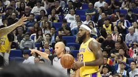 NBA上海賽開打 湖人隊球星詹姆斯最受關注NBA中國季前賽10日晚在上海開打,湖人隊球星詹姆斯(持球者)是現場球迷最為關注的焦點人物。中央社記者張淑伶上海攝 108年10月10日