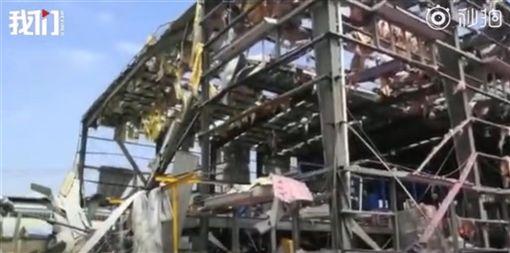 中國廣西省工業園區發生化學爆炸事故,鐵皮廠房受損嚴重,只剩鋼架。(圖取自新京報我們視頻微博網頁weibo.com/wevideo001)
