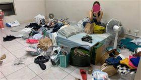 亂室佳人!開箱閨密房間…堆滿雜物「看不到地板」 網看傻(圖/翻攝自臉書爆廢公社二館)