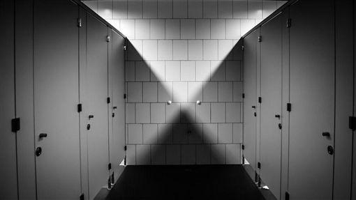 超毛!女宿廁所半夜傳水聲、腳步聲 一開門「祂」站陽台上(圖/翻攝自Pixabay)