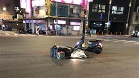 新北市板橋華興街縣民大道口,有民眾拍下一輛Uber Eats機車倒在路中央,另輛機車停在一旁,所幸騎士和外送員都沒有大礙。(圖/翻攝自我是板橋人臉書社團)