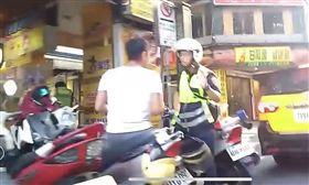 台北市萬華,林姓Foodpanda外送員因騎上騎樓擦撞到路人,當場與路人發生口角,員警到場將2人隔開勸說。(圖/民眾提供)