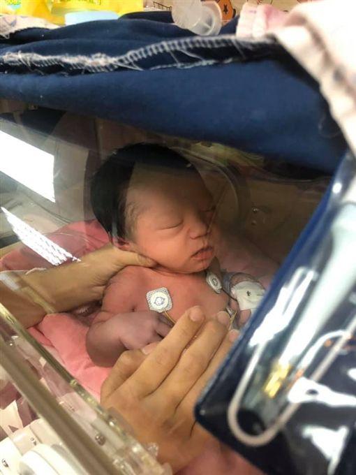 余苑綺第二胎兒子心臟有問題,一出生就住院檢查。(圖/翻攝自余苑綺 Chichi臉書)