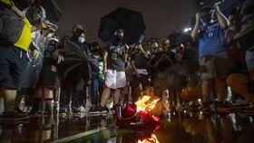 香港球迷齊聚焚燒詹皇球衣。(圖/美聯社/達志影像)