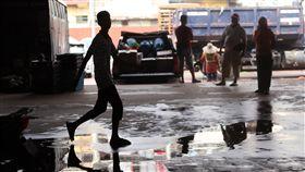 洛興雅難民偷渡馬來西亞 隱身都市邊緣人偷渡到馬來西亞的洛興雅難民,即便少數幸運拿到聯合國難民署核發的難民證,仍不能合法求職,大多數只能在市場內當搬運工,隱身為都市邊緣人。中央社記者黃自強吉隆坡攝  108年10月16日