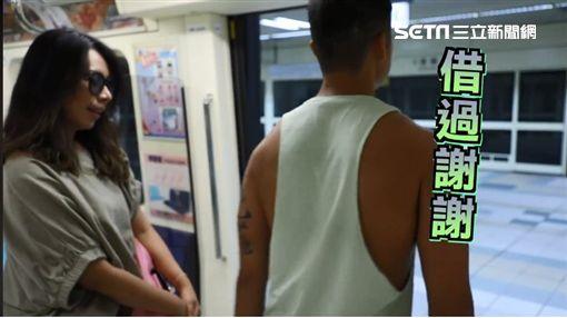 車廂,抱中央立柱,滑手機,後背包,捷運,台北捷運,捷運圖/北捷提供、翻攝北捷臉書粉專