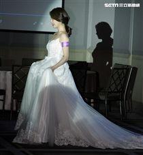 白家綺瘦身有成充滿自信,老公吳東諺安排穿上白紗婚禮見習。(記者邱榮吉/攝影)
