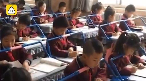 陸小學生裝「矯正器」 網友驚:像坐牢(圖/翻攝自梨視頻)